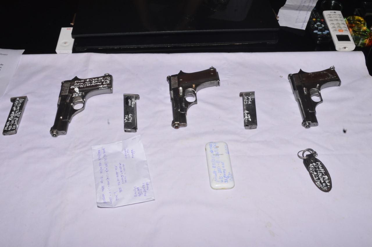 अवैध हथियारों की आपूर्ति करने वाला हथियार तस्कर गिरफ्तार ,तीन पिस्टल और छह मैगजीन बरामद