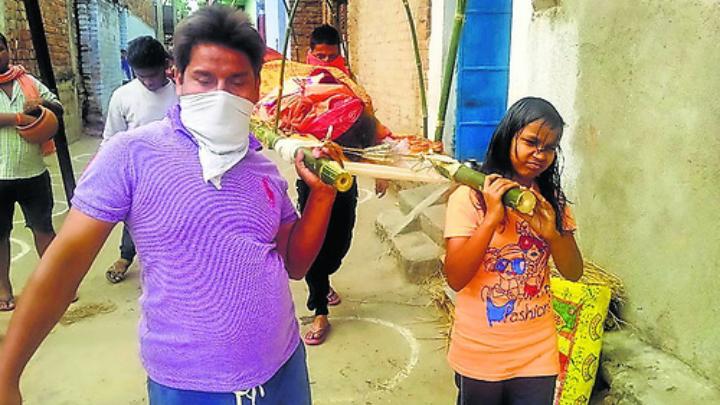 ये कैसा समाज :बीमार विधवा के निधन के बाद अंत्येष्टि को तैयार नहीं हुआ परिवार, 10 साल की बेटी ने दी मुखाग्नि ,बजरंग दल कार्यकर्ताओं ने कराई अंतिम क्रिया