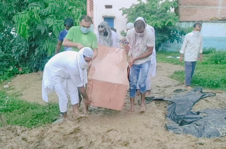 छपरा- पापुलर फ्रंट आफ इंडिया और एसडीपीआई सारण की टीम ने अज्ञात महिला और दो बच्चों को दफना कर मानवता की मिसाल पेश की है