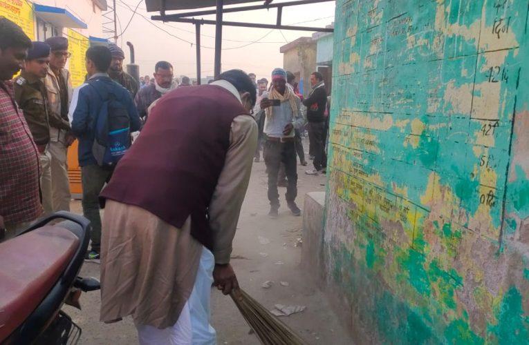 सारण:नाराज विधायक  जनक सिंह ने इशुआपुर प्रखंड कार्यालयों में लगाया झाड़ू