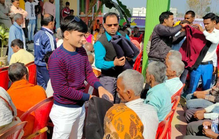 मुखिया संगम बाबा ने नववर्ष की शुरुआत क्षेत्र के हजारों ग़रीब, असहाय व जरूरतमंदों के बीच कम्बल बाँटकर किया
