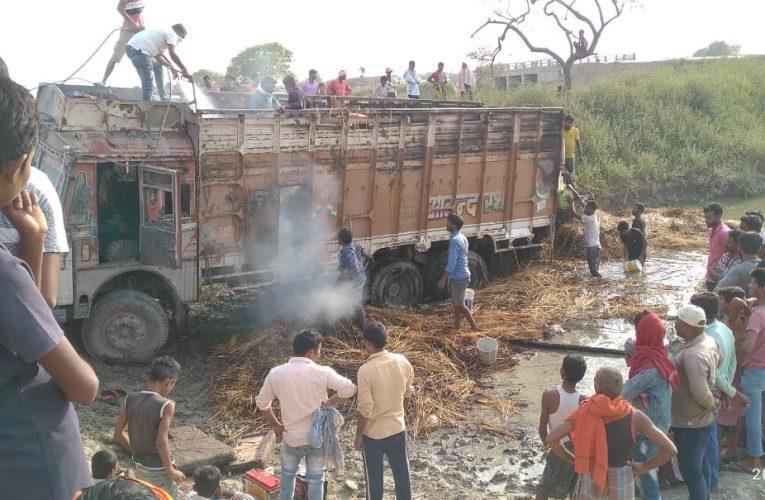 छपरा:बिजली के तार से गेहूं के बोझा लदे ट्रक में लगी आग
