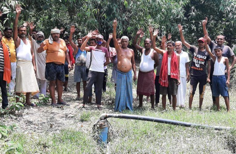 मुखिया वार्ड के खींचतान के कारण वार्ड में नलजल योजना है अधूरा,नल जल के अधूरे कार्य से ग्रामीणों में आक्रोश है,लोगो ने किया प्रदर्शन