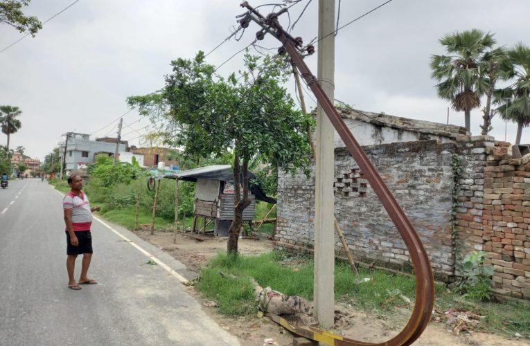 सड़क किनारे दो सप्ताह से झूल रही है बिजली के तार,कभी भी बड़ी दुर्घटना हो सकती है।