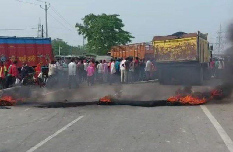 मुज़फ्फरपुर: बेलगाम हुई एक ट्रक और ऑटो में भीषण टक्कर उड़े टेंपो के परखच्चे,2 की मौत लोगो ने किया सड़क जाम