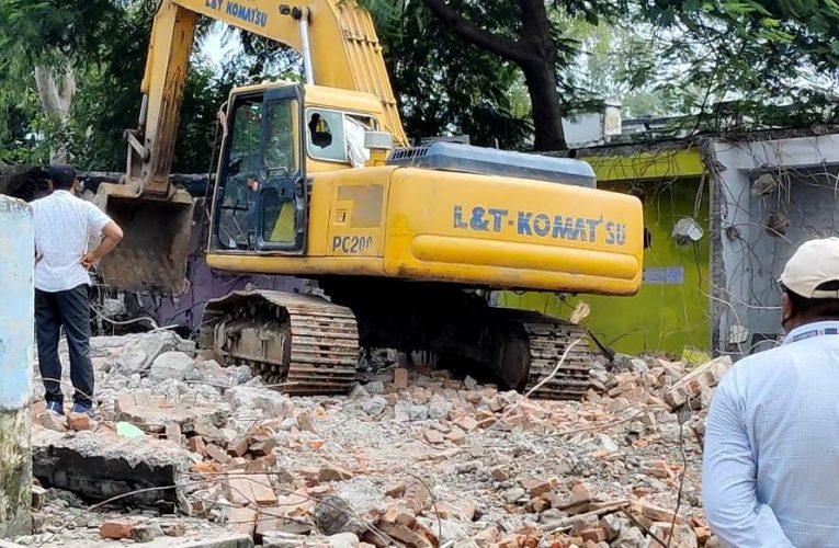 छपरा : आज फिर 61 दुकानों को जिला प्रशासन द्वारा तोड़ा गया,61 लोग हुए बेरोजगार